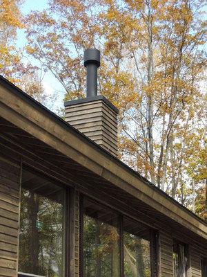 煙突は、ボックスを立ち上げ断熱二重煙突、丸トップで仕上げています