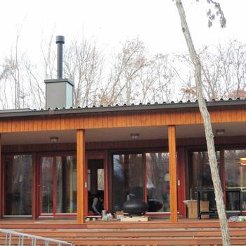 煙突は屋根を抜き真っ直ぐ。丸トップで仕上げています。