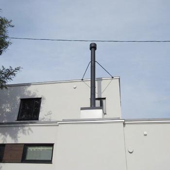煙突は平屋部分に真っ直ぐとボックスを作り抜いています。